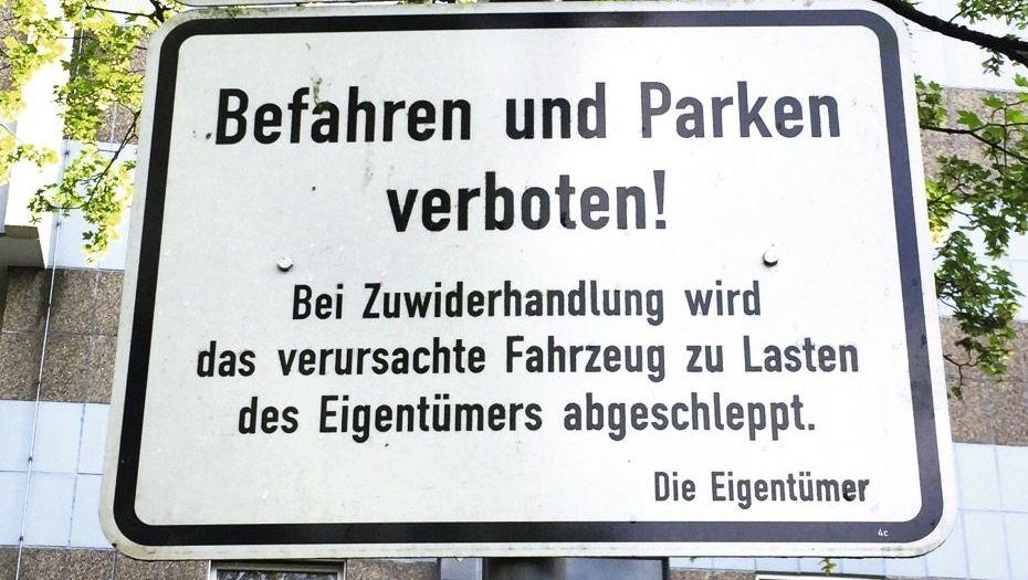 Schild vor einer Wohnanlage in Düsseldorf