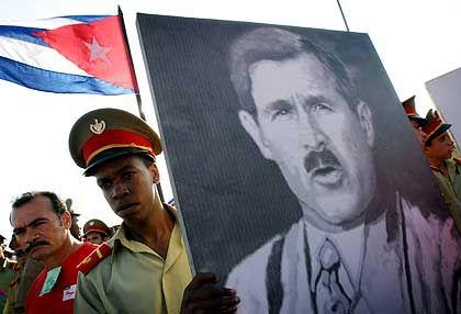 Kubanische Rekruten mit Plakat, das Bush als Hitler zeigt: Lange nicht mehr ist ein amerikanischer Präsident in weiten Teilen der Welt so zum Feindbild geworden