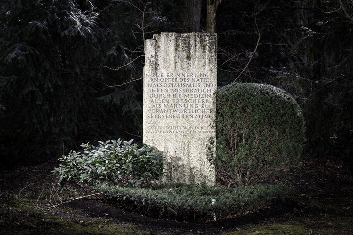 Stele zum Gedenken der Opfer des MPI im Waldfriedhof München