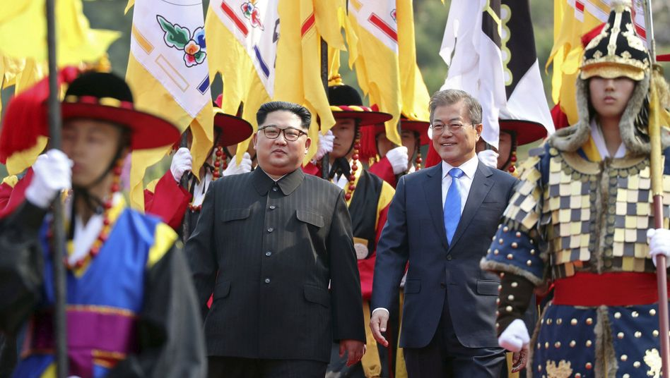 Kim Jong Un (l.) und Moon Jae In beim Gipfel in Panmunjom