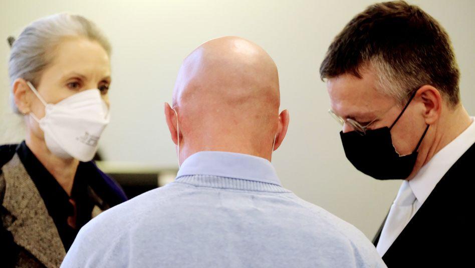 Angeklagter Philipp Sch. (M.) im Gespräch mit seiner Anwältin und seinem Anwalt