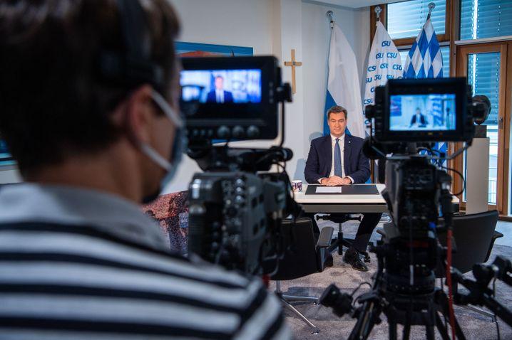Söder bei seiner gut einstündigen Rede am Schreibtisch seines Arbeitszimmers in der CSU-Parteizentrale