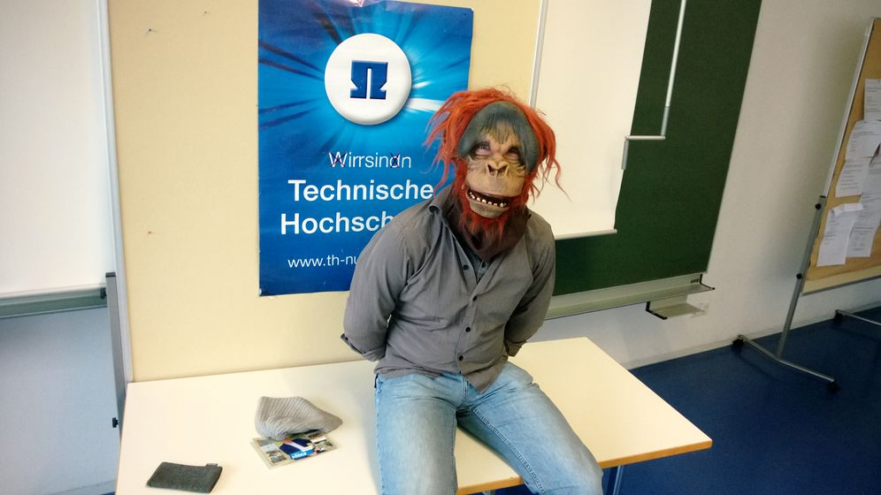 Studentenprotest: Markus Söder bekommt Affenbesuch