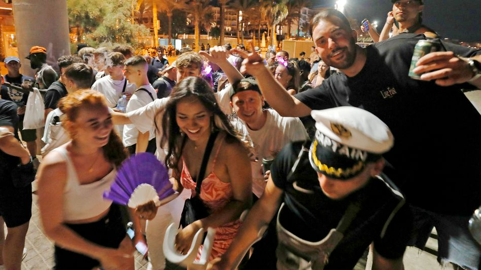 """Revelers in Mallorca: """"The elbow room for us to still effectively counteract current developments is narrowing."""""""