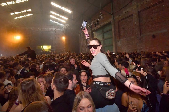 Partynacht ohne Corona? Bei einer Testveranstaltung in einem Lagerhaus in Liverpool feierten Tausende ausgelassen