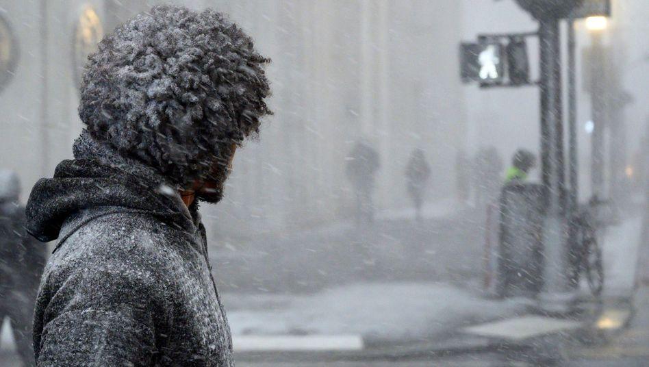 Ein Mann steht in New York City an einer Ampel.