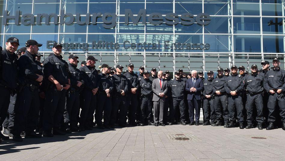 Polizeibeamte mit Hamburgs Erstem Bürgermeister Olaf Scholz