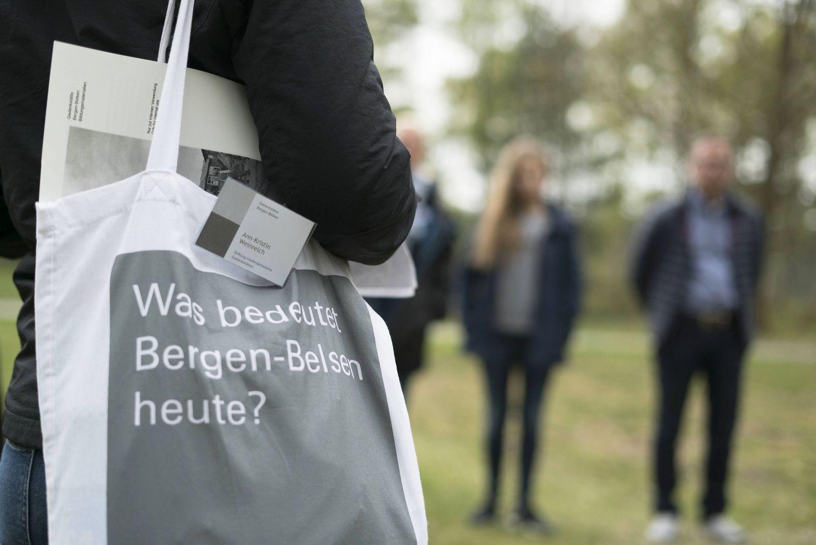 Gedenkst?tte Bergen Belsen F¸hrung einer Besuchergruppe auf dem Gel?nde des ehemaligen Konzentration