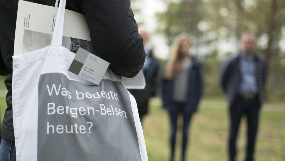 Führung einer Besuchergruppe auf dem Gelände des ehemaligen Konzentrationslagers Bergen-Belsen
