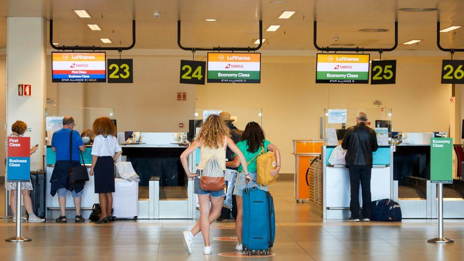 Reisende auf dem Flughafen von Faro in Portugal