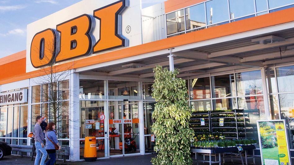 Kunden vor einem Obi-Baumarkt in Mecklenburg-Vorpommern