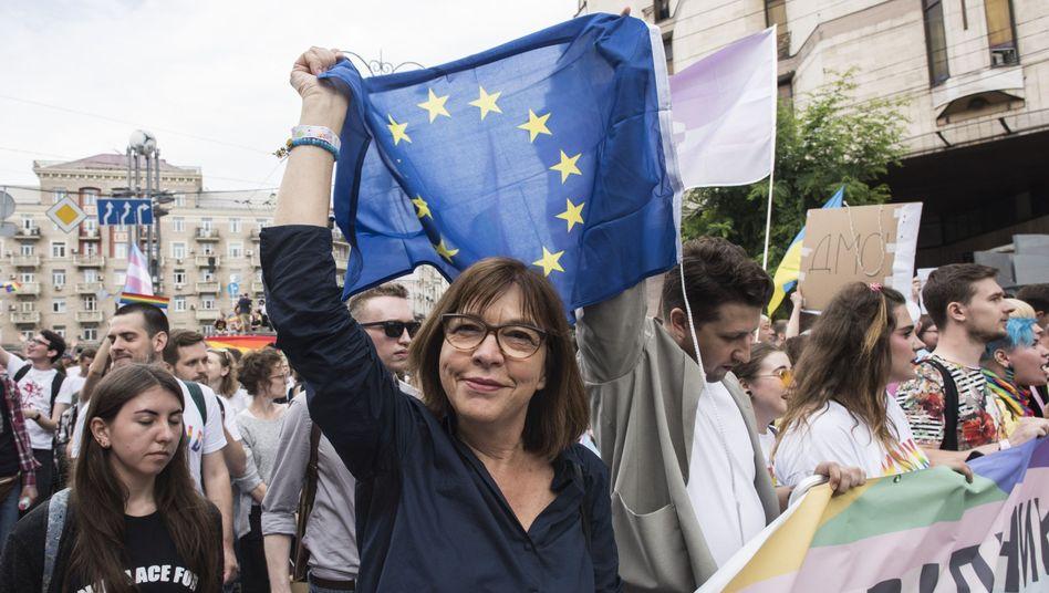 Rebecca Harms (Mi.), deutsche Politikerin und Mitglied des Eurpäischen Parlaments, nimmt an der Parade «Kiev Pride» für die Rechte von Schwulen, Lesben und Transgender teil.