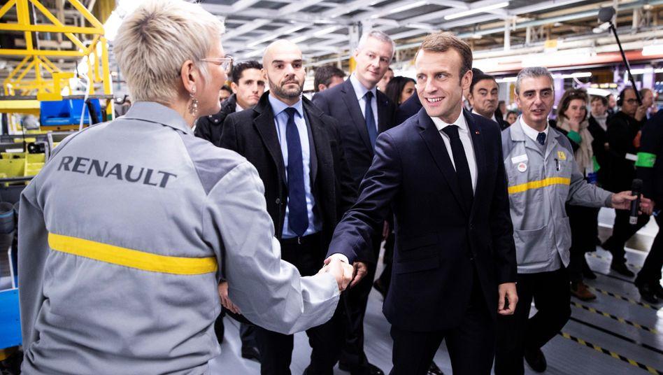 """Emmanuel Macron beim Besuch eines Renault-Werks (Archivfoto): """"Es gibt 400.000 unverkaufte Fahrzeuge"""""""