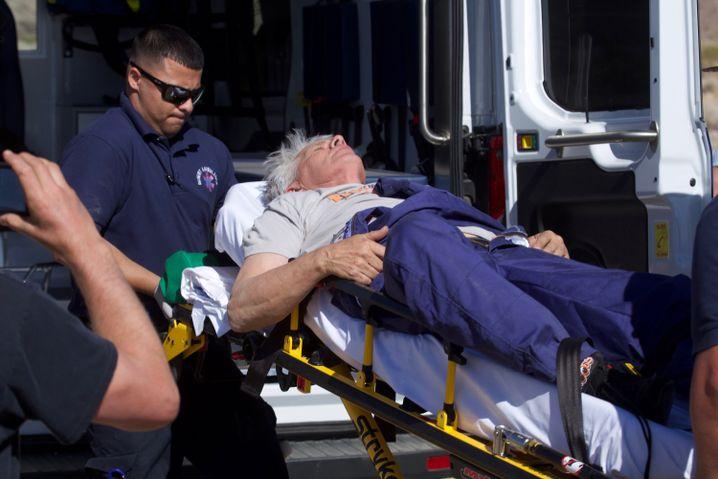 Mike Hughes beim Gesundheitscheck nach dem Flug