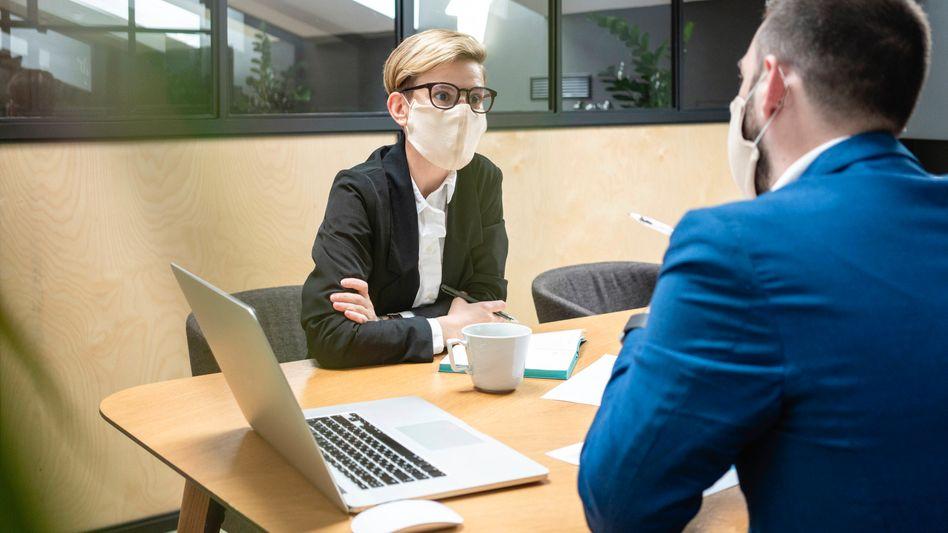 Gesprächssituation im Unternehmen (Symbolfoto): Sag, wie hältst du's mit dem Impfen?