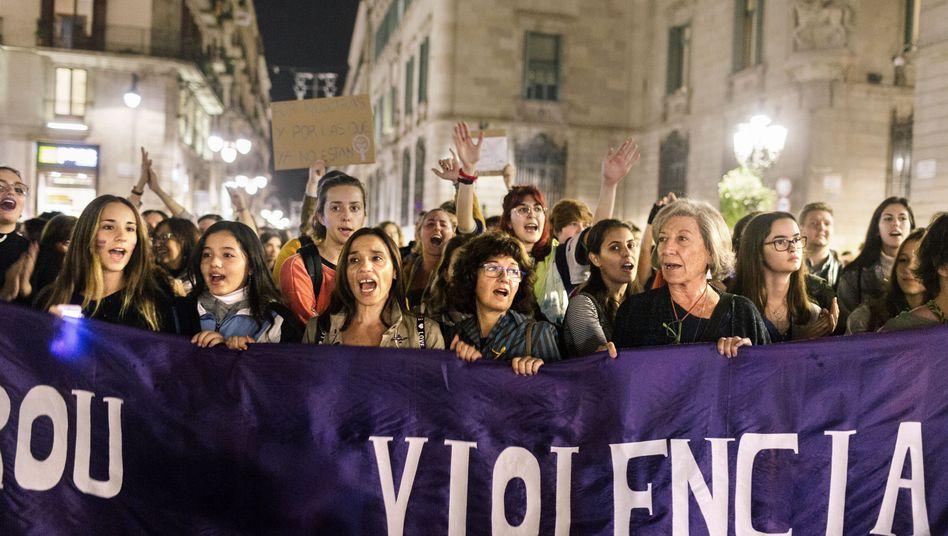 """""""Wer nicht hüpft, ist Machist"""": Feministischer Protest in Barcelona"""