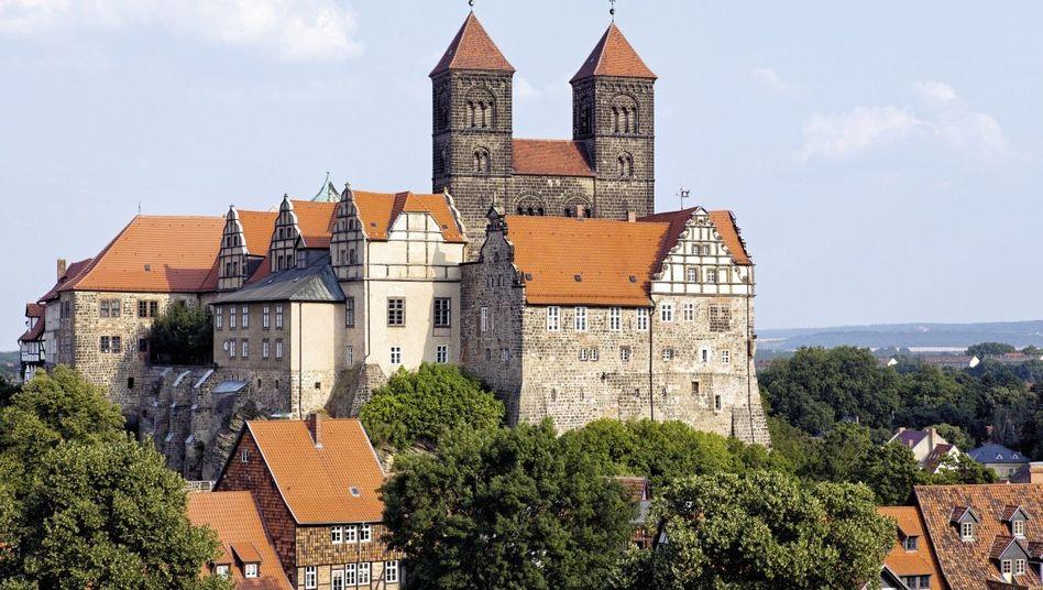 Der Quedlinburger Schlossberg mit der Stiftskirche St. Servatius, die oft als Dom bezeichnet wird. In der Domschatzkammer befinden sich bedeutende mittelalterliche Kunstwerke und Reliquien.