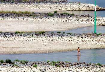 Die Pegel der Flüsse sind auf rekordverdächtigen Tiefstständen (Rhein bei Düsseldorf)
