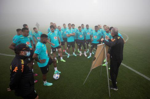 Nationaltrainer Tite mit Spielern (vor den WM-Qualifikationsspielen gegen Ecuador und Paraguay)