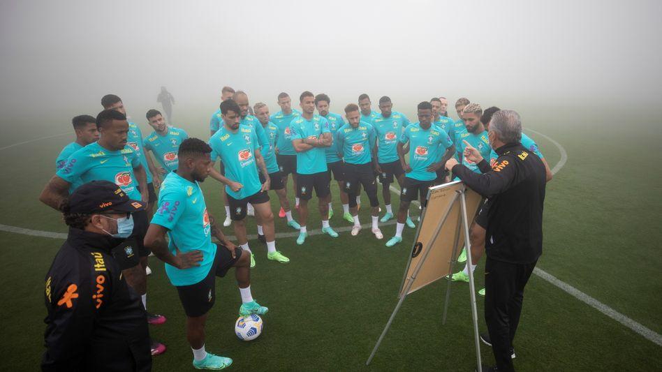 Brasilianische Nationalspieler, Trainer Tite bei einer Mannschaftsbesprechung in Teresopolis (am 30. Mai)