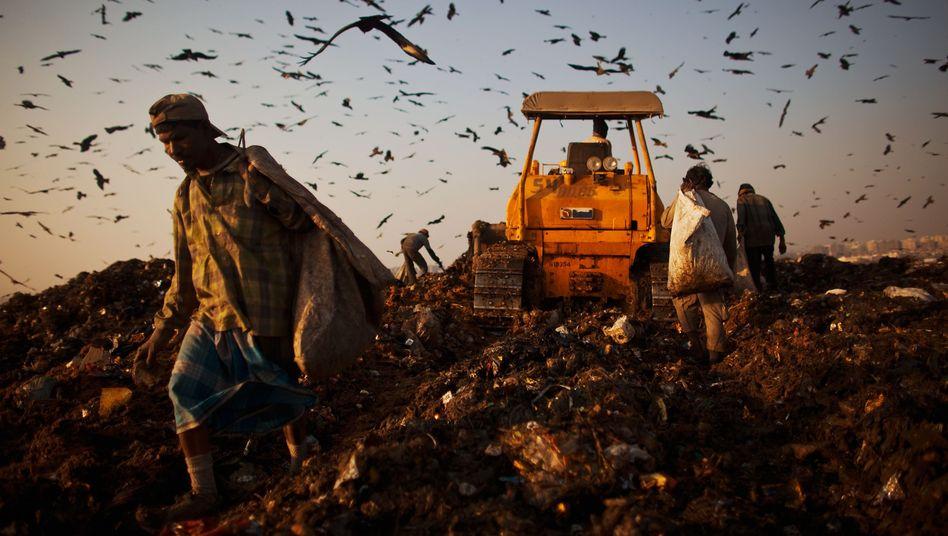 Menschen auf einer Müllkippe in Indien: Wo liegen die Grenzen des Wachstums?