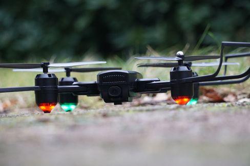 Blink blink: Die Deerc-30-Drohne vor dem Start