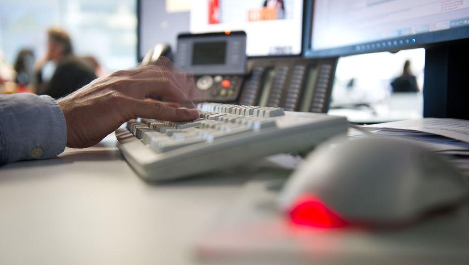 Tastengeklapper und Kollegengeplauder: Ein erhöhter Schallpegel im Büro kann der Gesundheit zu schaffen machen.
