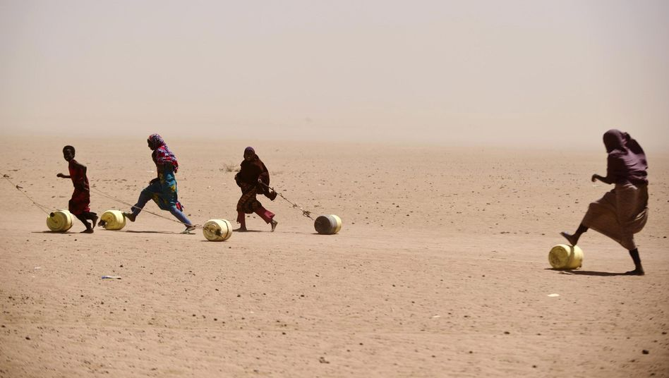 Menschen mit Wasserkanistern in Kenia (Archivbild): Weltbank warnt vor Armut
