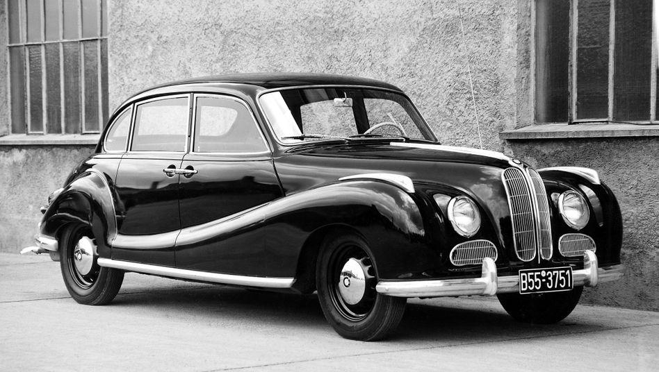 """BMW 501: Warum das Auto im Volksmund """"Barockengel"""" hieß, wird unmittelbar deutlich. Die Oberklasse-Limousine fuhr jedoch weitgehend am tatsächlichen Mobilitätsbedarf der Nachkriegs- und Wirtschaftswunderjahre vorbei - zumal es bei BMW kaum Alternativen gab."""