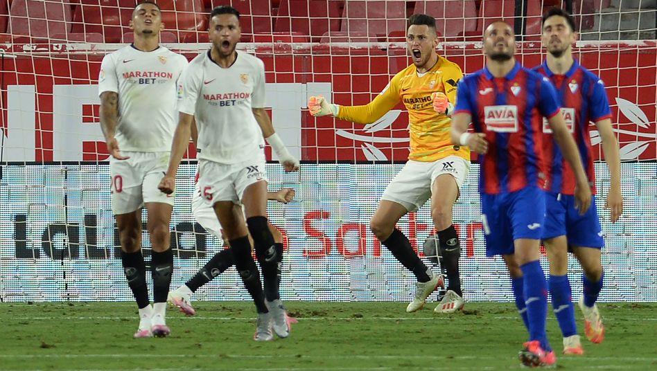 Matchwinner als Torschütze und Torhüter: Sevillas Lucas Ocampos (Mitte)