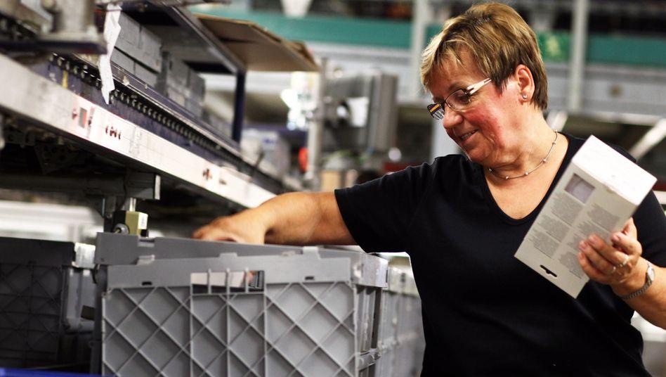 Arbeiterin am Paketband: Lohnkluft zwischen Frauen und Männern unverändert
