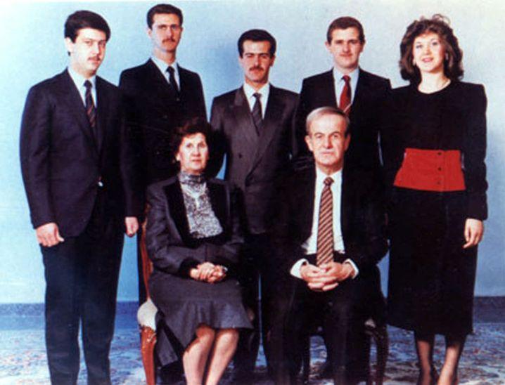Familie Assad (undatiertes Archivbild): Vorne Hafis (starb 2000) und seine Frau Anissa, hinten von links ihre Kinder Mahir, dann der heutige Staatschef Baschar al-Assad, Bassil (kam 1994 bei einem Autounfall ums Leben), Madschid (starb 2009) und Buschra