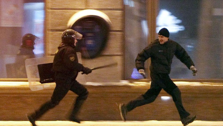 Wahlen in Weißrussland: Polizeiknüppelt Oppositionelle nieder