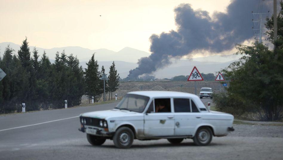 Am Freitag steigt Rauch an der Grenze zwischen Aserbaidschan und Armenien auf.