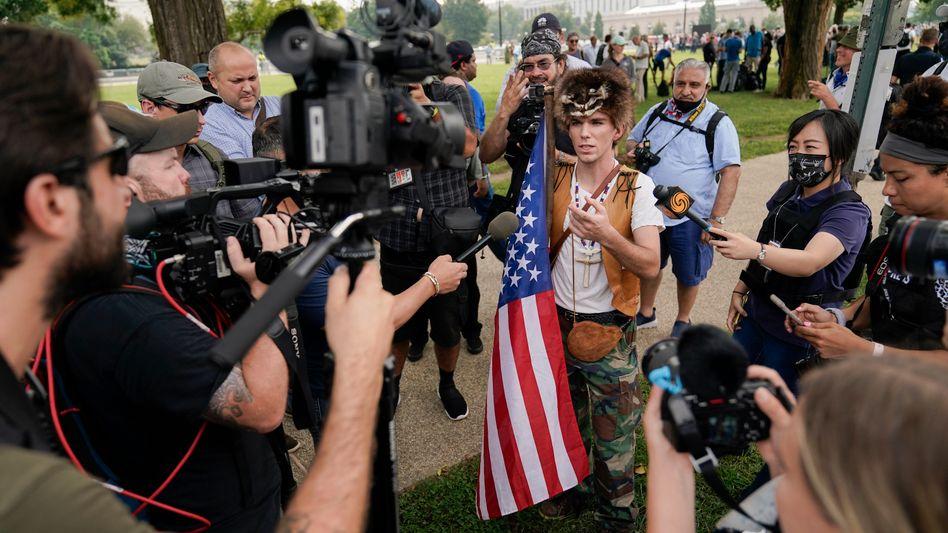 Demonstrant in Washington im Gespräch mit Journalisten