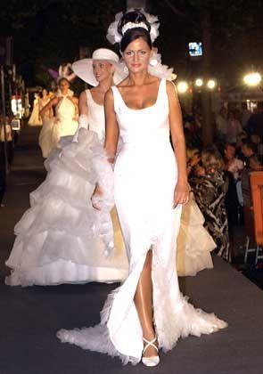 Djamile Rowe im weißen Kleid von Wolfgang Joop
