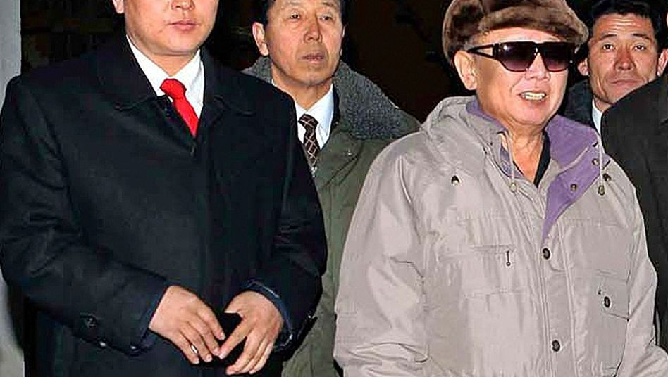 Nachgedrucktes Foto: Der Mann mit der roten Krawatte soll angeblich Kim Jong Ils Sohn sein