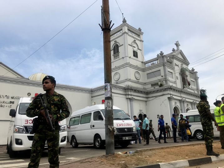 Sicherheitskräfte vor Kirche in Sri Lanka