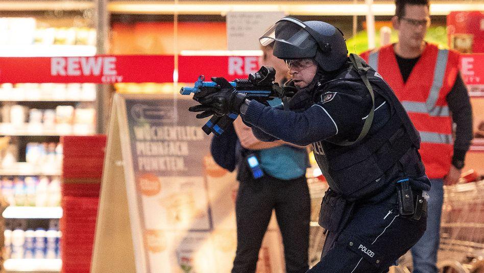 Polizisten während einer Antiterrorübung am Flughafen Köln/Bonn