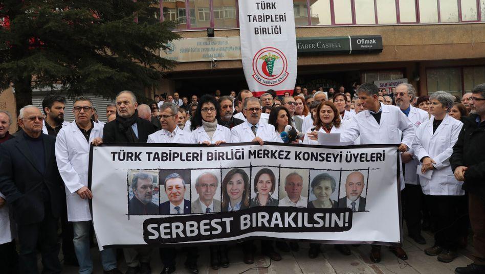 Ärzteprotest für inhaftierte Kollegen in der Türkei