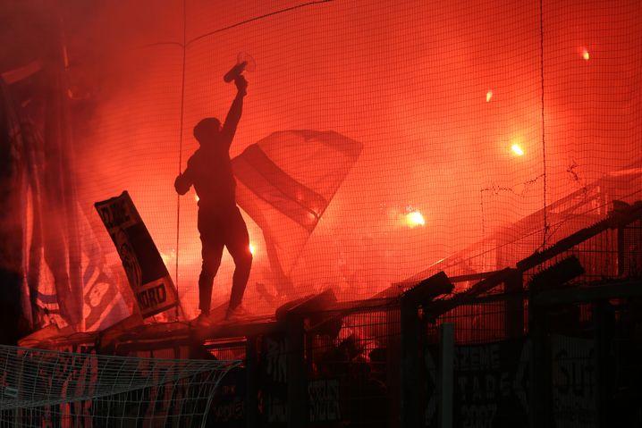 HSV-Fans brennen 2018 Pyrotechnik beim DFB-Pokalspiel in Wiesbaden ab