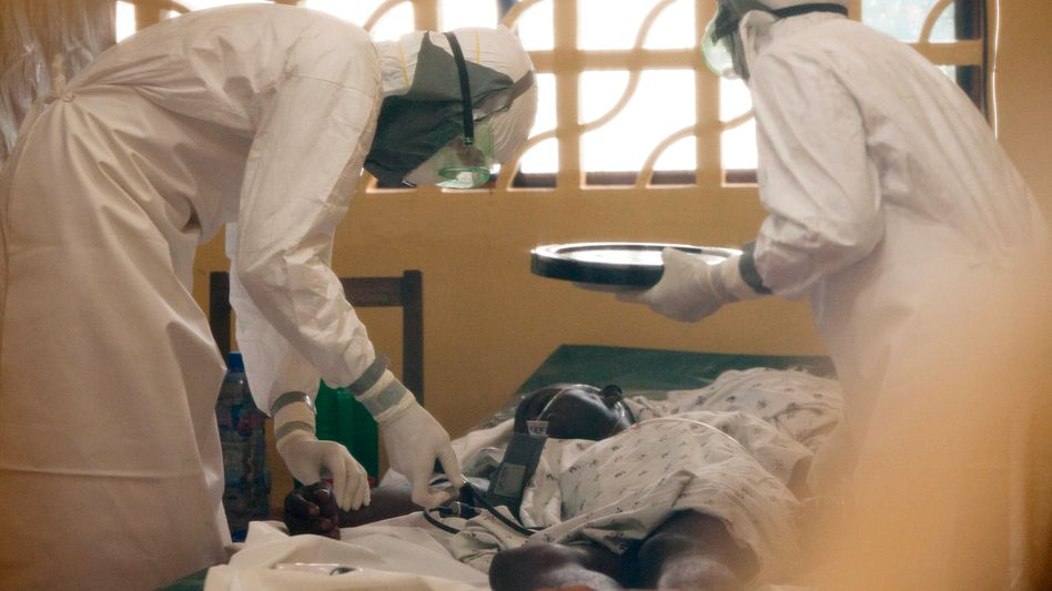 Behandlung in Monrovia: Der US-Arzt (links) erkrankte selbst an Ebola