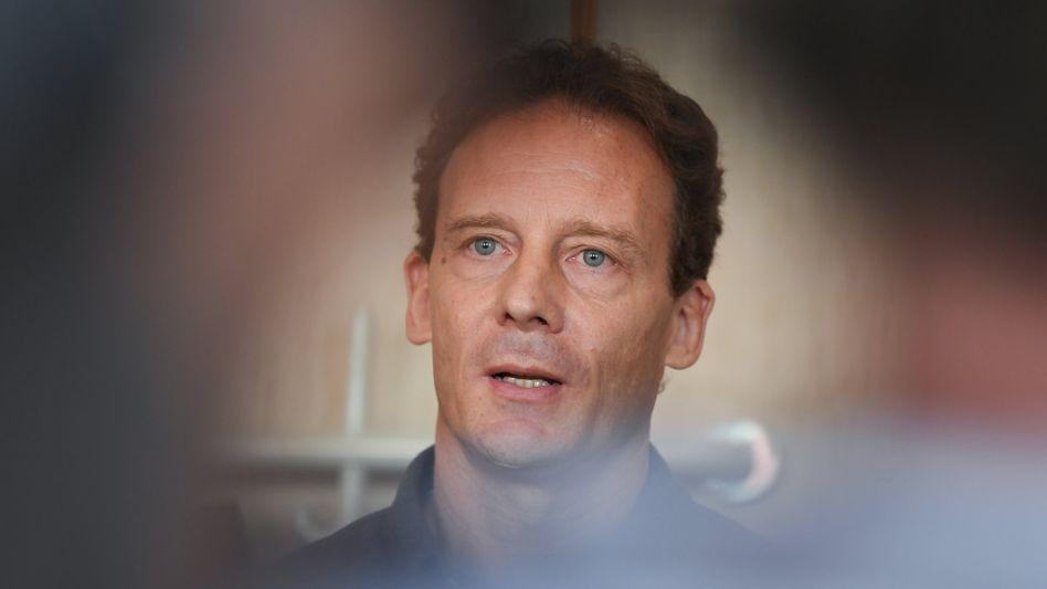 Der Fall Alexander Falk beschäftigt aktuell die Richter des Frankfurter Landgerichts - schon der erste Prozesstag begann mit einer öffentlichkeitswirksamen Inszenierung