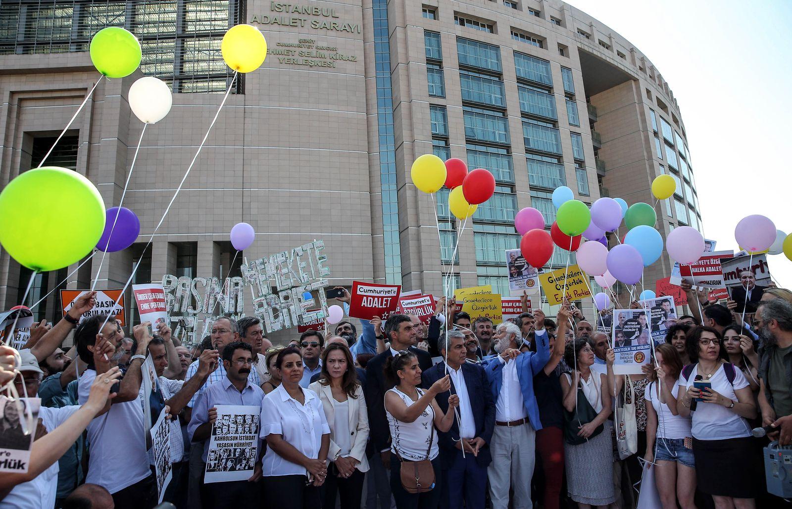 Cumhuriyet Prozessauftakt Protest