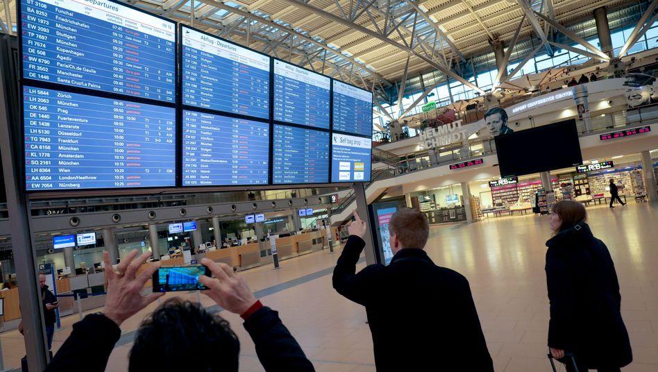 Eine Anzeigetafel im Flughafen Hamburg (Archivbild)