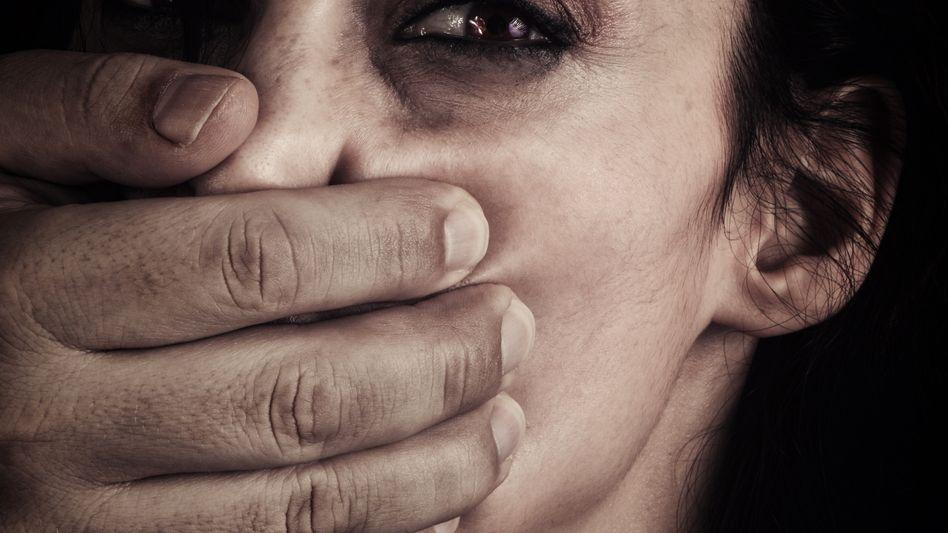 Einer Frau wird der Mund zugehalten (Symbolbild)