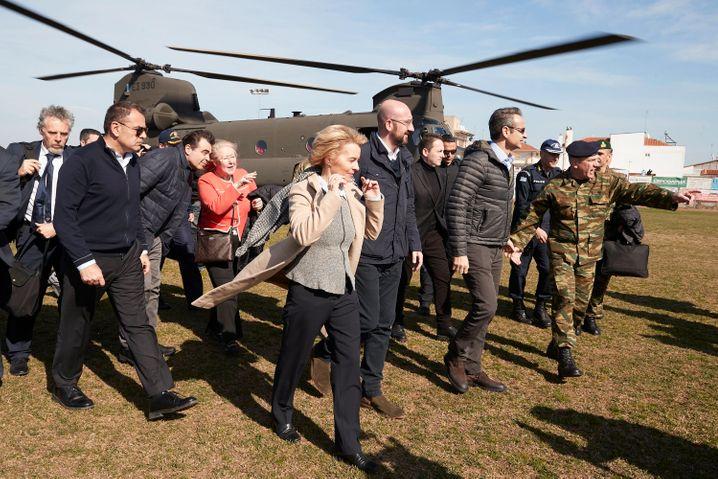 Griechenlands Premier Mitsotakis (2.v.r) mit EU-Kommissionschefin von der Leyen am 3. März: Erster wichtiger Test
