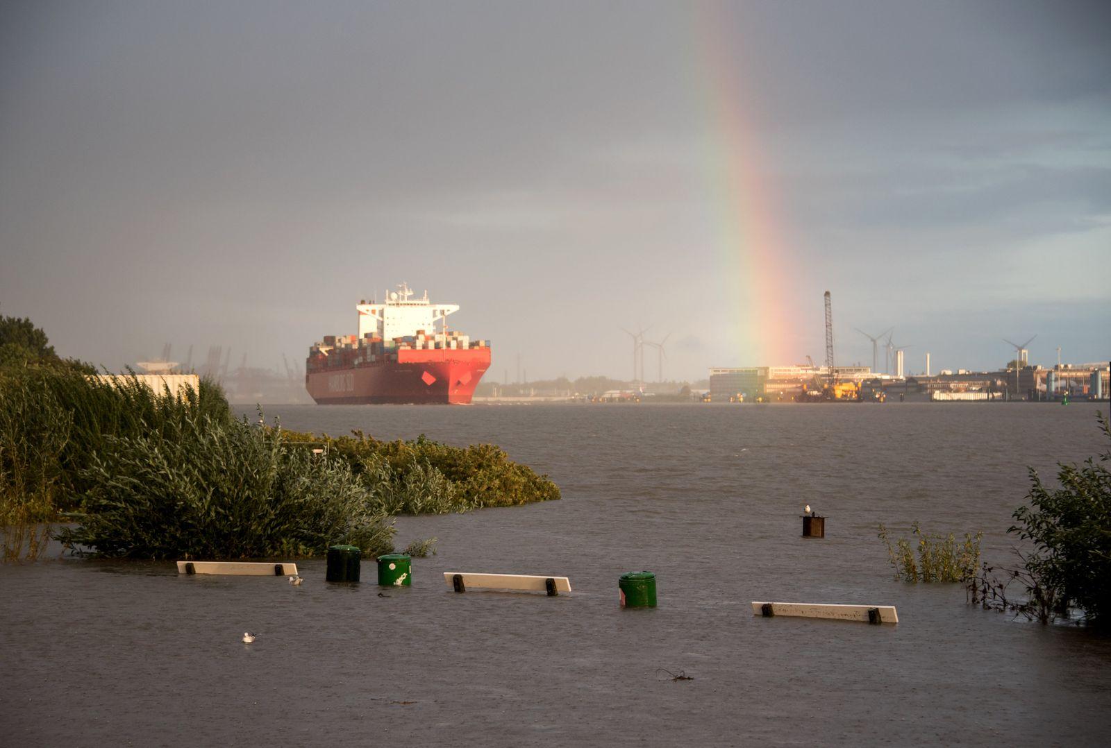 Containerschiff vor Hamburg Hochwasser