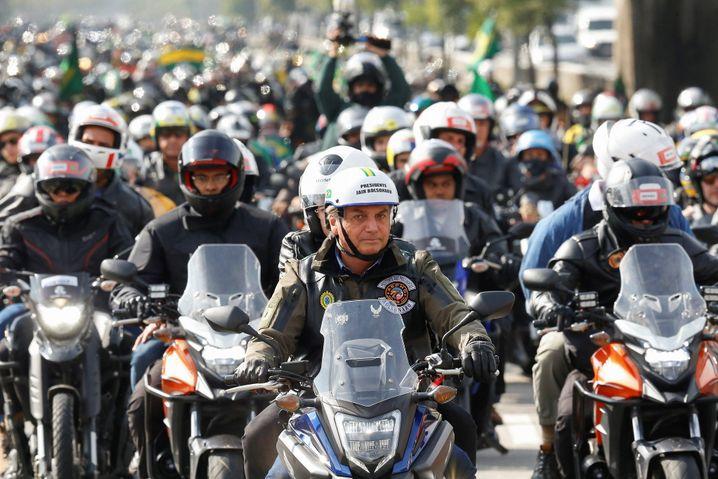 Ohne Maske auf Motorrad: Geldstrafe für Brasiliens Präsidenten Bolsonaro