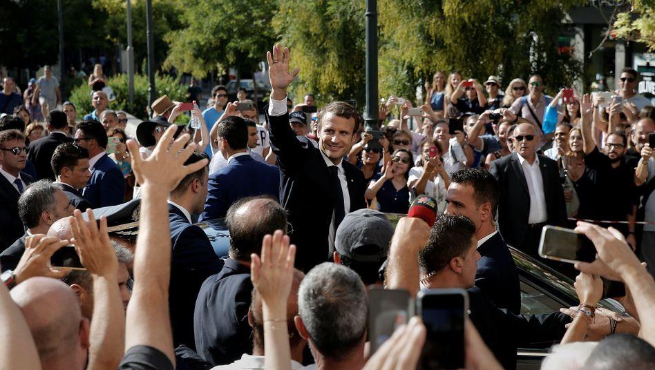Bad in der Menge: Emmanuel Macron in Athen